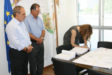 Signing of the contract for the project regeneration of Traditional kernel Community Apesia - Square